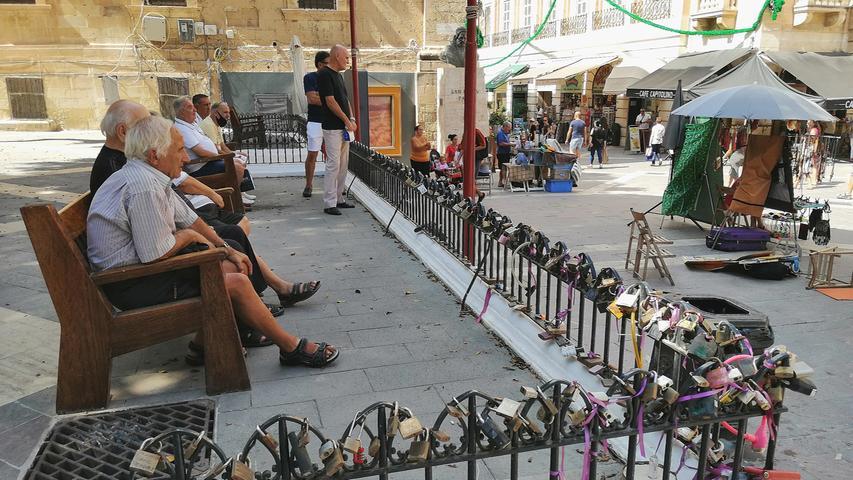 Das kennt man von vielen Brücken - Verliebte ketten Schlösser ans Geländer. In Valetta finden sich solche Schlösser am Zaun vor der Kathedrale.