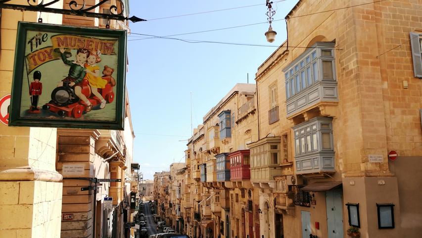 Während viele Straßennamen an die arabische Vergangenheit erinnern, macht sich der süditalienische Einfluss baulich vielerorts deutlich bemerkbar. Kein Wunder: Nur 90km Luftlinie entfernt liegt Palermo auf Sizilien.