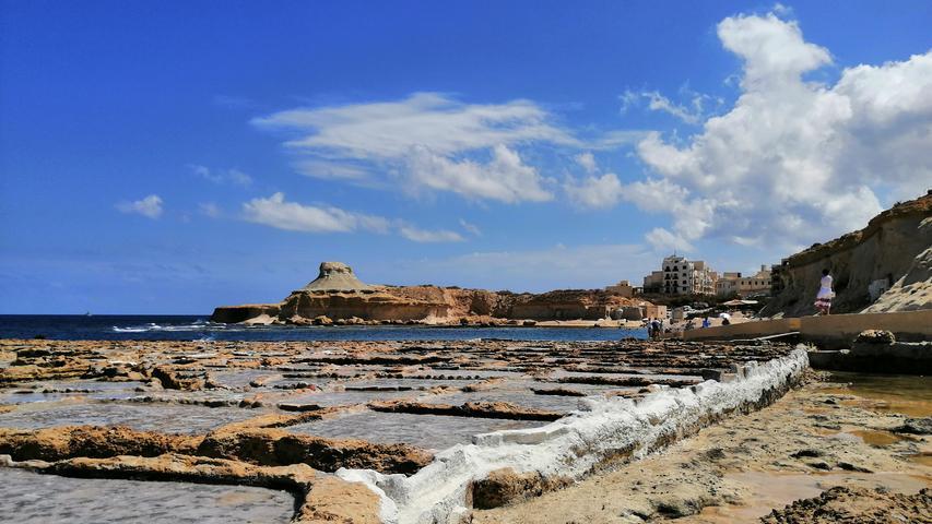 Im Küstenort Xwejni auf Gozo wird auch heute noch nach jahrhundertealter Tradition das Salz aus dem Meer in kleinen Pools gewonnen.