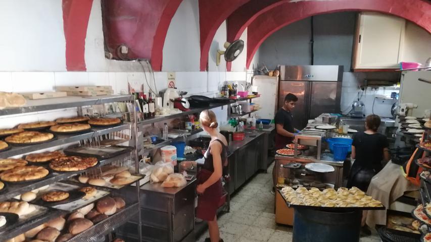 """Ob deftig oder süß. Sieben Tage die Woche wird in der 100 Jahre alten Bäckerei Mekren in Nadur auf Gozo traditionell im Holzofen gebacken. Ihre Spezialität ist Ftira, die maltesische Variante der Pizza. Besonders lecker ist auch die pastetenähnliche Gebäck Qassata (sprich: """"Assata""""), in das ein unpasteurisierter, handgeschöpfter Ziegenkäse Ġbejniet (sprich: """"schbejniet"""")  eingebacken wird."""