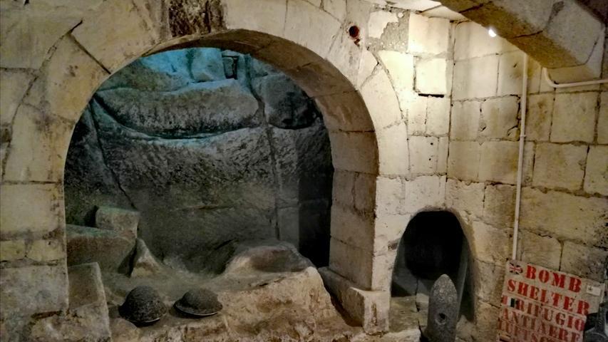 Jahrhunderte rücken im Casa Riocca Piccola in Valetta zusammen. Während in den Obergeschoßen des Herrenhauses (Baujahr 1850) antike Möbel das Bild beherrschen, findet sich im Keller der Luftschutzbunker, der im 2. Weltkrieg Schutz bot.