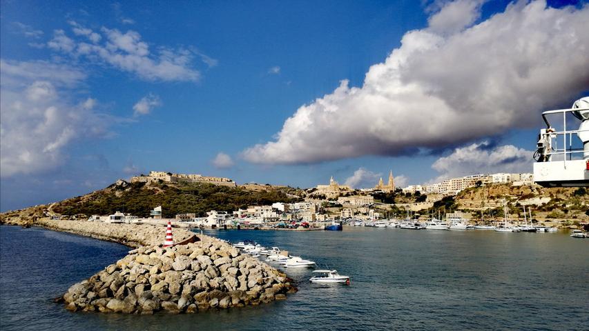 Nicht nur die Hauptinsel Malta, sondern auch die kleinere Nachbarinsel Gozo ist einen Besuch Wert. Mit der Fähre ist sie mehrmals täglich in gut einer halben Stunde leicht zu erreichen.