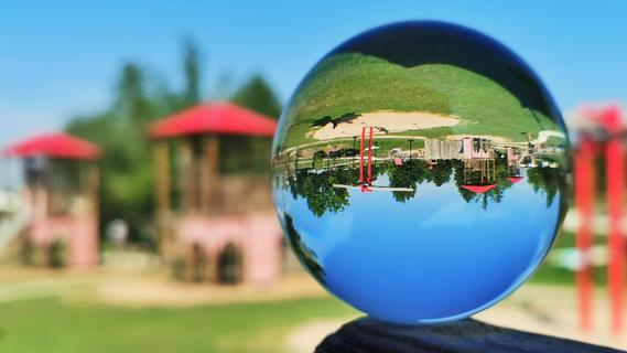 Das hat unsere Fotografin mit ihrem Lensball gut eingefangen: Aus Sicht der Erwachsenen wird am Kinderspielplatz die Welt auf den Kopf gestellt.