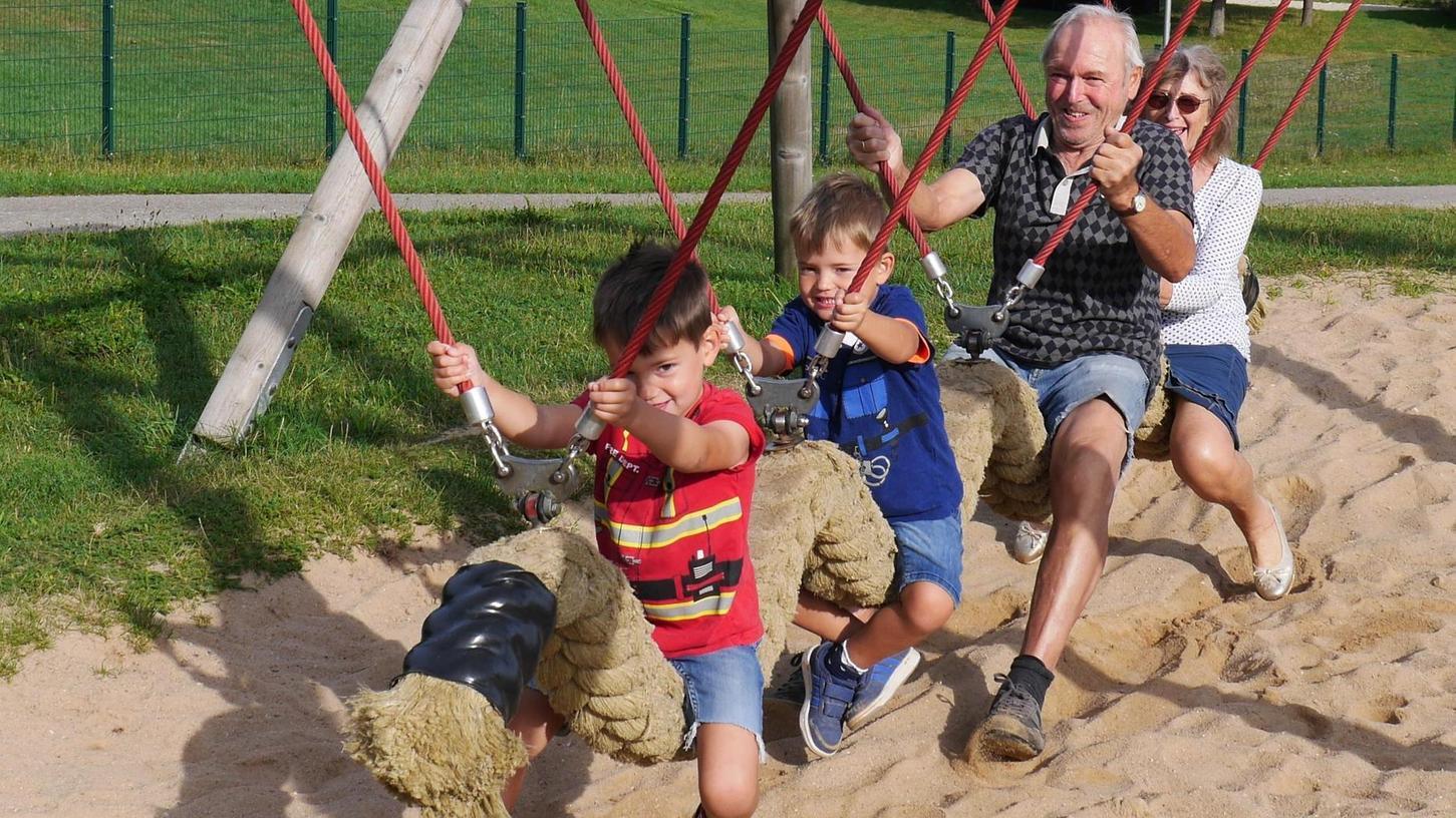 Ruhepause für unsere Spielplatzhelden Ben und Leo: Schunkeln mit Oma und Opa auf der Schaukelschlange.