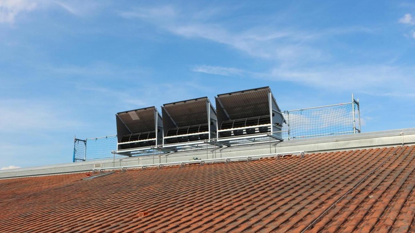 Auf dem Dach des Landratsamtes in Neustadt befindet sich eine Windanlage, wie sie eigentlich auch in Erlangen installiert werden sollte.