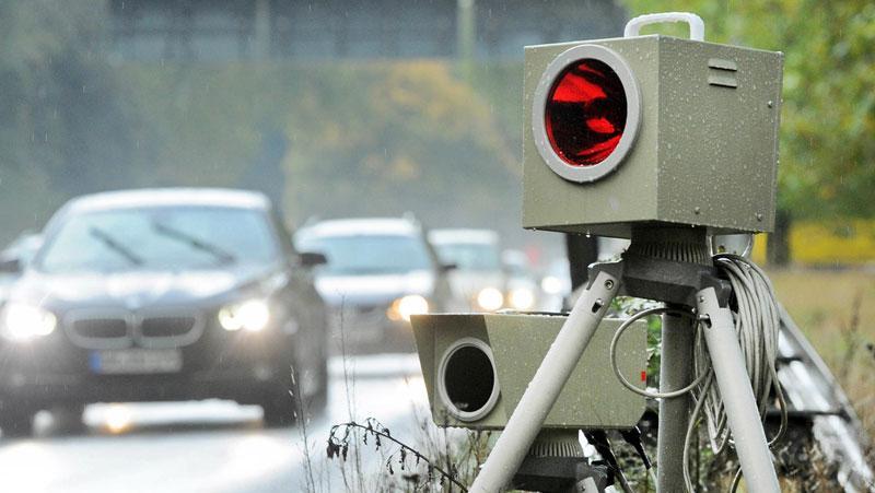 Auf den Landstraßen in der Oberpfalz haben Polizeibeamte in der Aktionswoche Tempokontrollen vorgenommen und viele Gespräche geführt.