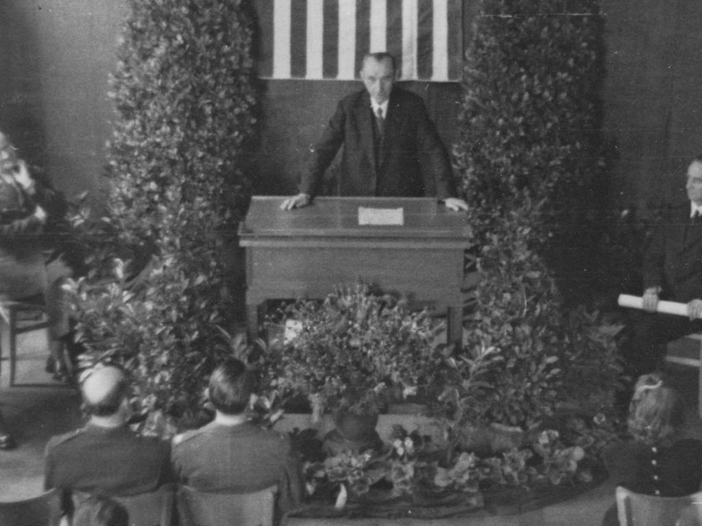 """Offizielle Zeremonie: Dieses Foto zeigt die feierliche Überreichung der Lizenzurkunde Nr. 3 an die """"Nürnberger Nachrichten"""" und ihren Gründungsherausgeber Joseph E. Drexel durch die US-Alliierten."""