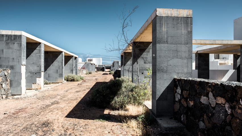 Bauruinen wie diese auf Lanzarote sind im Süden Spaniens vielerorts zu finden. Die Rohbauten oft sichtlich luxuriöser Häuser und Villen wurden von den Investoren halbfertig zurückgelassen, nachdem 2007/08 die Immobilienblase platzte. Auch Auswanderer Rainer Guthmann bekam den Einbruch zu spüren.