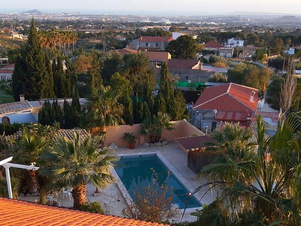 Blick von Rainer Guthmanns Arbeitsplatz über eine Siedlung an der Costa Blanca.