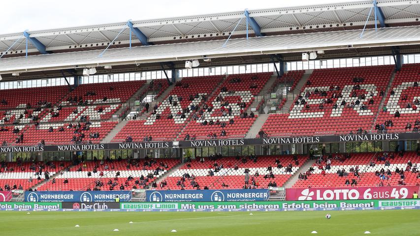 27.09.2020 --- Fussball --- Saison 2020 2021 --- 2. Fussball - Bundesliga --- 02. Spieltag: 1. FC Nürnberg FCN ( Club ) - SV Sandhausen 1916 SVS --- Foto: Sportfoto Zink/DaMa --- DFL regulations prohibit any use of photographs as image sequences and/or quasi-video - only for editorial use ---    Symbolbild Symbolfoto Feature Impression - Clubfan / Clubfans / FCN-Fans / Fans sitzen mit Abstand zu einander auf Sitzplätzen Blöcken Tribünen Gegengerade