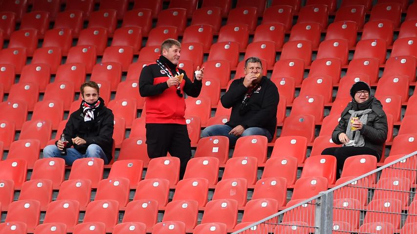 27.09.2020 --- Fussball --- Saison 2020 2021 --- 2. Fussball - Bundesliga --- 02. Spieltag: 1. FC Nürnberg FCN ( Club ) - SV Sandhausen 1916 SVS --- Foto: Sportfoto Zink/WoZi --- DFL regulations prohibit any use of photographs as image sequences and/or quasi-video - only for editorial use ---    Impression - erste Fans Zuschauer im Stadion