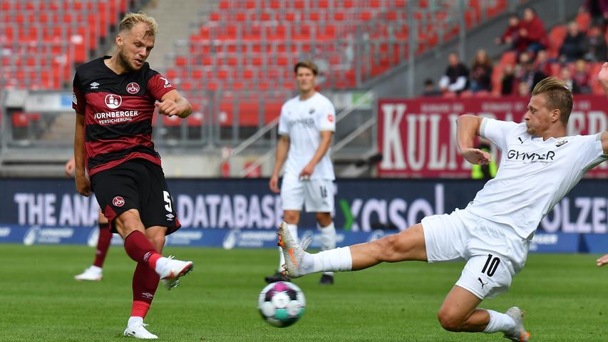 In der 18. Minute dann die erste richtig gute Möglichkeit für den Club. Johannes Geis kommt in zentraler Position zum Abschluss und testet aus 20 Metern SV-Torhüter Martin Fraisl, der mit der Faust zur Ecke klären kann.
