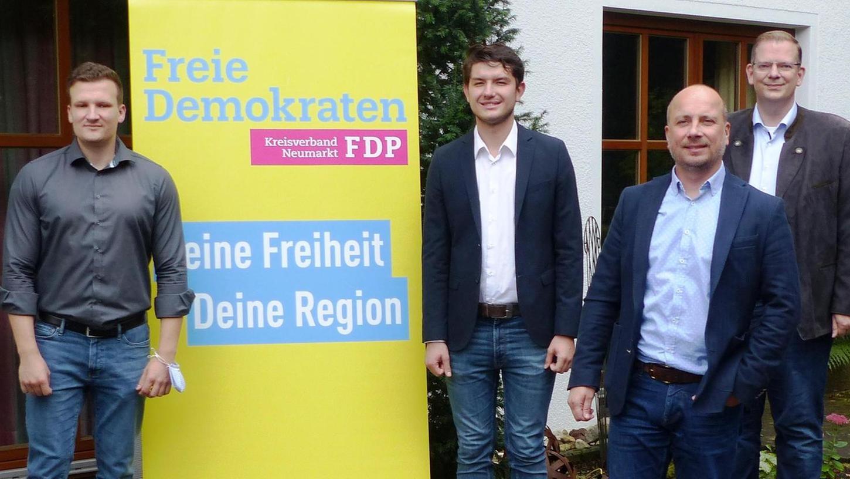 Nils Gründer (rechts neben dem Aufsteller) von den Jungen Liberalen aus Neumarkt wurde bei der Bundeswahlkreiskonferenz der FDP zum Bundestagskandidaten 2021 für den Wahlkreis 232 Neumarkt- Amberg-Sulzbach gewählt.