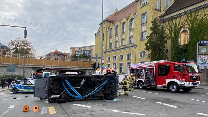Drei Verletzte: VW-Bus kollidiert bei Comödie Fürth mit Polizeiauto