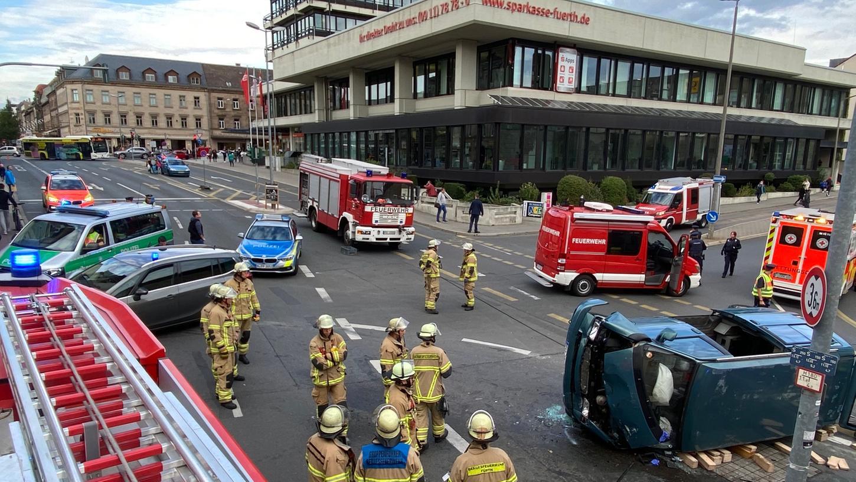 Am Montagnachmittag kam es in Fürth zu einem schweren Verkehrsunfall zwischen einem Kleinbus und einem Streifenwagen der Polizei.