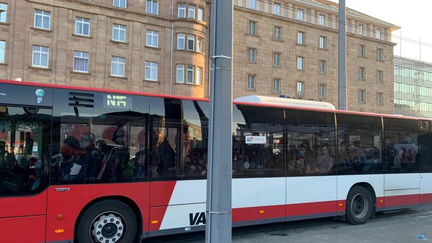 Die Busse, die fuhren, waren teils überfüllt.