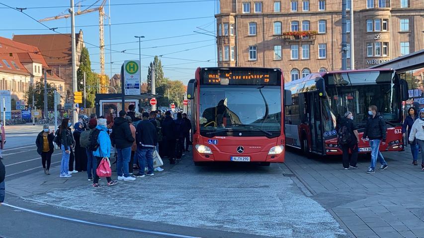 Lange Staus auf den Straßen und Pendler die überlegen, wie sie am Dienstag (29.09.2020) in die Arbeit, zur Schule oder zu ihren Terminen kommen. Der Warnstreik von Verdi hat spürbare Auswirkungen auf den öffentlichen Nahverkehr in der Region. In der Frankenmetropole fallen U-Bahnen, Straßenbahnen und Busse aus. Straßen- und U-Bahnen stehen seit den frühen Morgenstunden um vier Uhr still. Nur der Busse fahren in einem Notbetrieb. Ab dem Nürnberger Hauptbahnhof fahren sie alle halbe Stunde in einem sternförmigen Netz in alle Richtungen.Gestreikt wird in elf Städten in Bayern, sieben davon in Franken: Nürnberg, Fürth, Erlangen, Coburg, Bamberg, Aschaffenburg, Würzburg und Schweinfurt, zudem in der Landeshauptstadt München, in Augsburg, Regensburg und Landshut. Die Ersatzbusse, die fahren sind zum Teil völlig überfüllt. Wer mit dem Auto in die Arbeit unterwegs war, musste sich auf lange Staus und dichte Straßen einstellen. Morgen um vier Uhr soll der Warnstreik von Verdi beendet werden.Wie die VAG mitteilt, gibt es seit 8 Uhr zunehmende Probleme. Die Busse stehen zum Teil im Stau. In der Innenstadt brauchen die Fahrzeuge eine Stunde vom Plärrer zum Bahnhof. Ebenfalls kommen vereinzelt die Fahrer, mit denen gerechnet wurde, nicht zu ihrer Ablöse, wodurch die eingesetzten Busfahrer ihre Pausen nicht einhalten können. Foto: NEWS5 / Bauernfeind Weitere Informationen... https://www.news5.de/news/news/read/18938