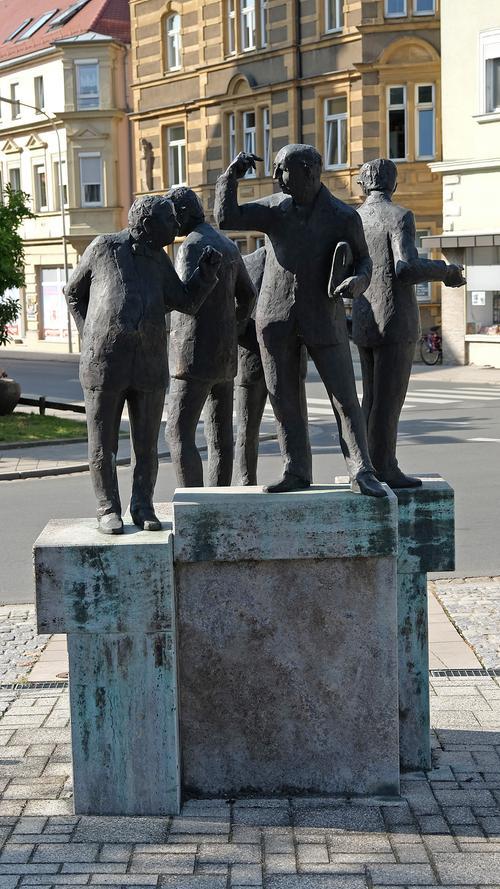 Vom Geben, Nehmen und Halten: Vor dem Hauptgebäude der Sparkasse Forchheim in der Klosterstraße fällt der Blick auf das vom Künstler Hans Dressel 1999 errichtete Bronze-Figurenensemble zum Umlauf des Geldes