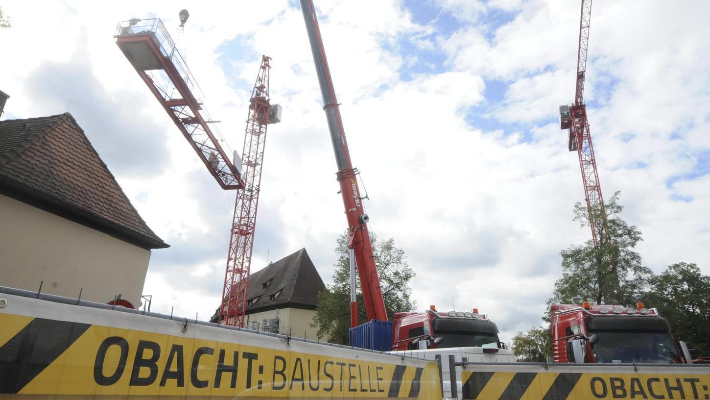 Der zweite große Kran steht auf der Baustelle zum Rathaus-Neubau in Herzogenaurach.