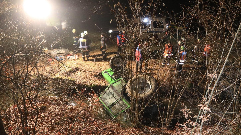 Die benötigten Stromerzeuger und Flutlichtstrahler kommen vor allem nachts zum Einsatz. Wie hier im Püttlachtal im Februar 2018, als ein Traktor aus ungeklärter Ursache in die Püttlach fiel.