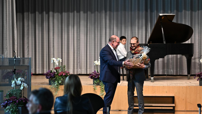 Landrat Willibald Gailler überreichte zum Abschied einen Geschenkkorb.