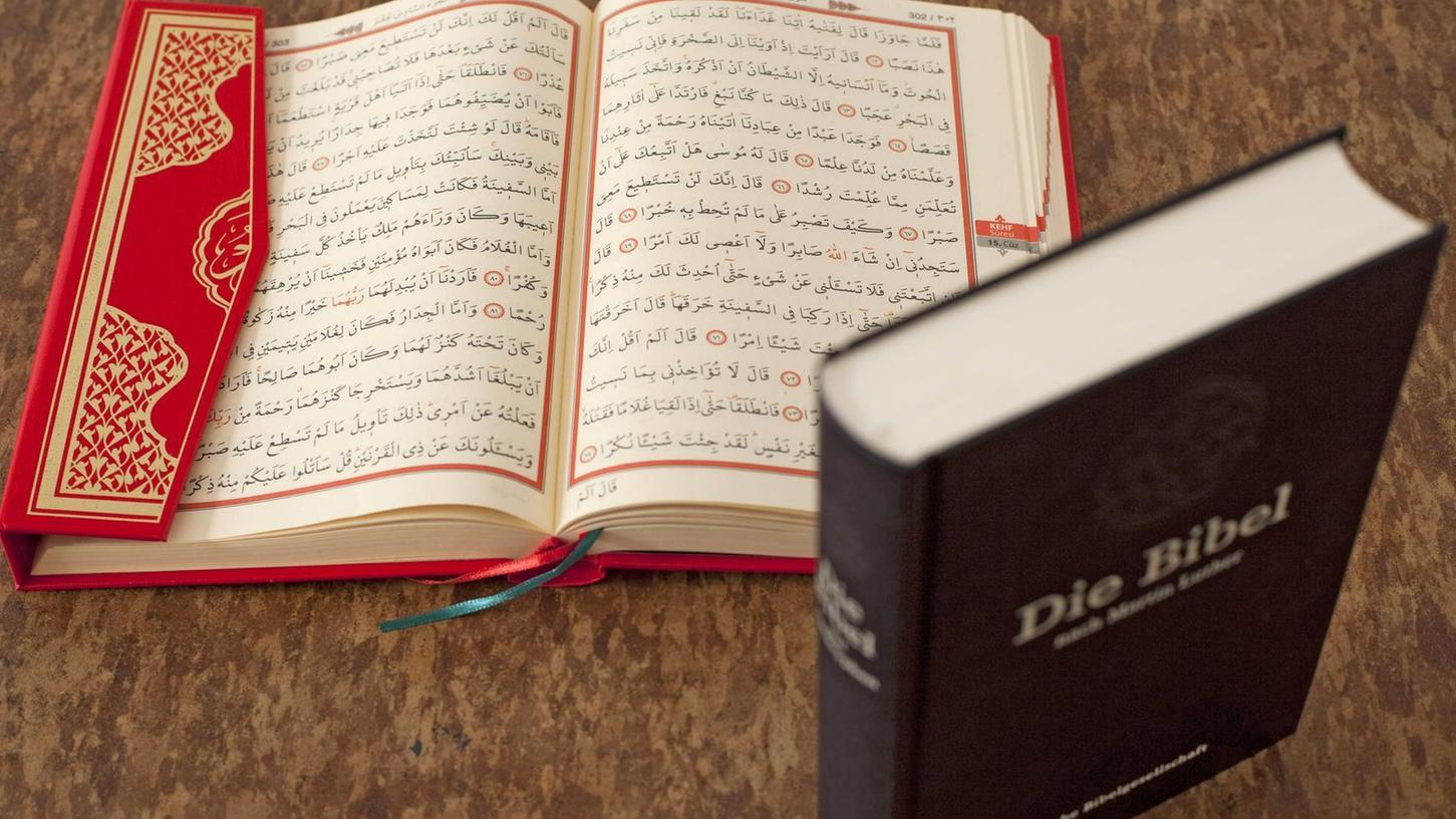 Koran und Bibel haben mehr gemeinsam als viele denken. So werden in beiden Büchern ähnliche Geschichten erzählt, beispielsweise die Geburt Johannes des Täufers in der Bibel und der Lobgesang des Zacharias in der Sure.