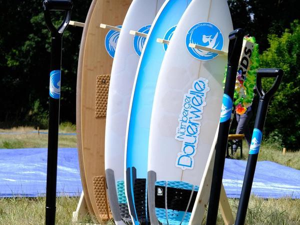 Beim ersten Spatenstich am 24. Juli standen Surfbretter am Rand Spalier.