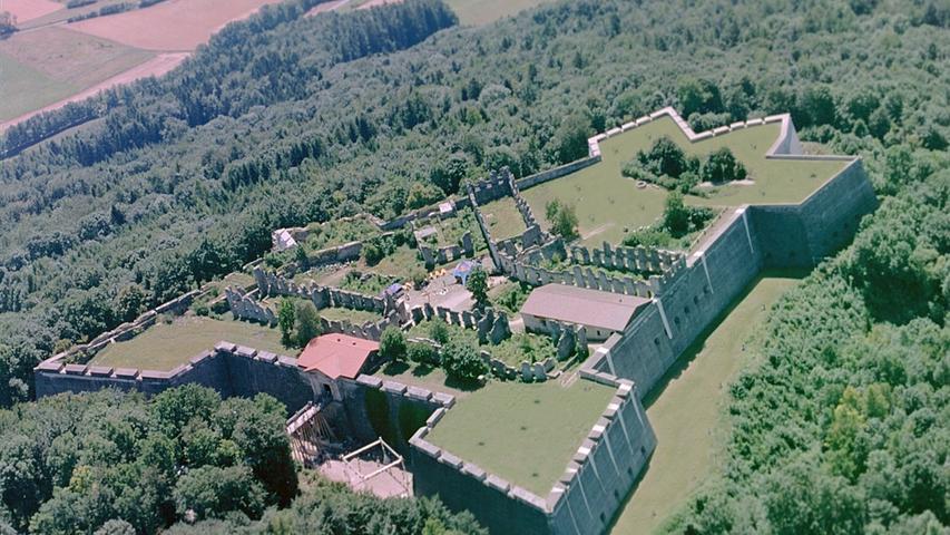 Die Festung Rothenberg entstand etwa im Jahre 1750 auf einer älteren und kleineren Burg aus dem 13. Jahrhundert. Sie liegt auf dem gleichnamigen Rothenberg, über dem Markt Schnaittach. Die Barockfestung wurde nach Französischem Vorbild als Bastion errichtet und war die letzte Rokokofestung in Europa. Im Jahre 1806, als Franken an Bayern angeliedert wurde, war die strategische Bedeutung dahin und die Festung wurde ein gefürchtetes Gefängnis. Aus Kostengründen wurde sie um 1840 auf Anweisung des Bayerischen Königs Ludwig I aufgelassen und ist bis heute eine Ruine, deren Besuch aber immer noch sehr lohnt. Weitere Informationen finden Sie hier.