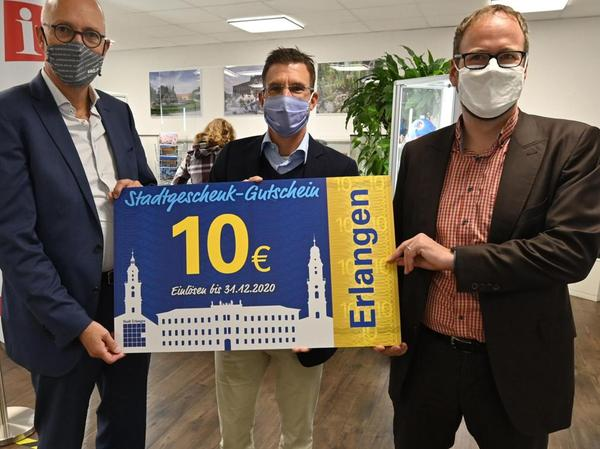 Oberbürgermeister Florian Janik (r.) ließ es sich nicht nehmen, den ersten Gutschein selbst zu verkaufen.