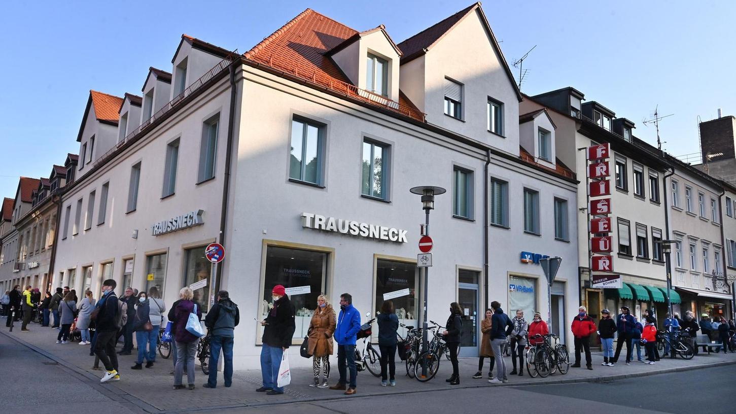 Ein Riesenandrang herrschte am ersten Verkaufstag des Stadtgeschenk-Gutscheins an der Tourist-Info in der Goethestraße.