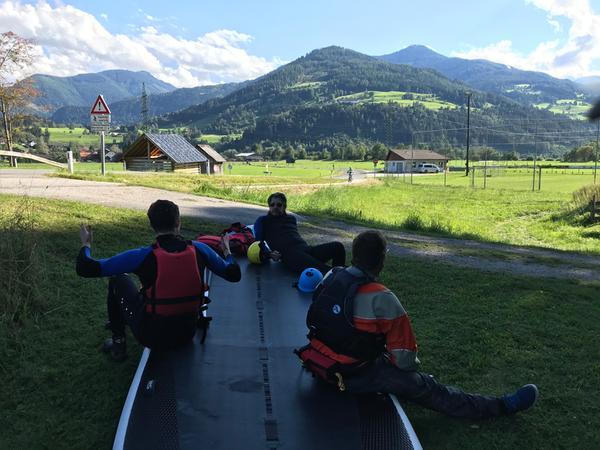 SUP aus dem Wasser ziehen, darauf ausruhen und die Aussicht auf die Berge genießen - Diese Ruhemomente sind die Highlights entlang der Tour.