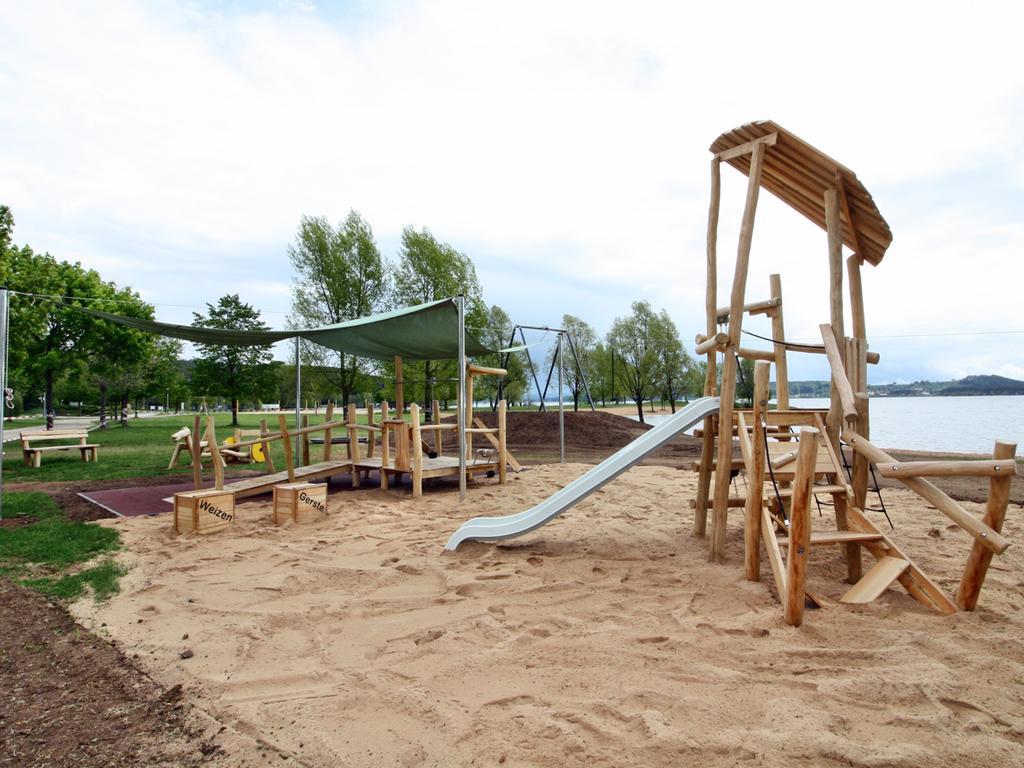 Neuer Spielplatz am Enderndorfer Strand Eine eigene Sandbaustelle mit vielen Elementen lädt zum Entdecken ein, sobald die Corona-Beschränkungen es erlauben. Foto: Jürgen Leykamm 30. April 2020