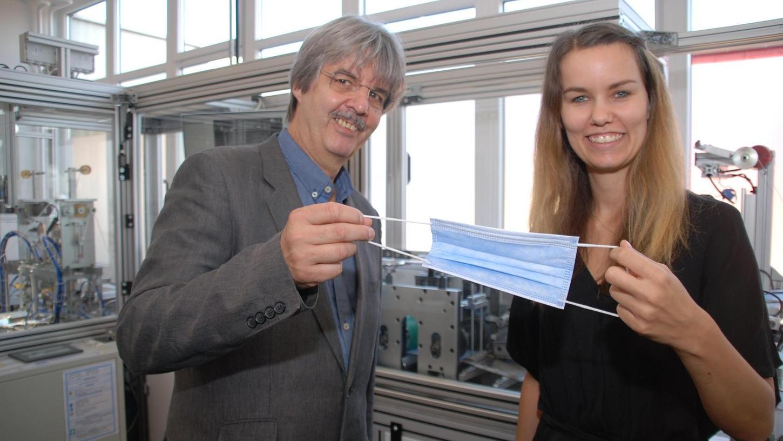 Der geschäftsführende Gesellschafter Michael Welck und seine Tochter Verena Welck (Marketing, Verkauf) an der Produktionsstätte für medizinische Gesichtsmasken.