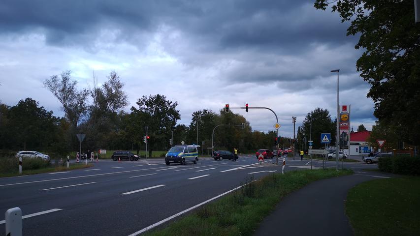 In Neustadt an der Aisch(Lkr. Neustadt an der Aisch-Bad Windsheim), im Markt Ipsheim, wurde am Montag (05.10.2020) auf einer Baustelle Sprengkörper gefunden. Wie sich später herausstellte, handelte es sich dabei um eine Panzer sprengende Granate. Vorsichtshalber wurde der der Bereich von derBahnhofstraße bis Riedweg und zeitweise auch die nahegelegene Bundesstraße 470 gesperrt. EinSprengkommando wurde hinzugezogen, die den Sprengkörper an eine geeignete Stelle in der Nähe brachte. Hier wurde die Granate von den Spezialisten kontrolliert gesprengt. Foto: NEWS5 / Wohlgemuth Weitere Informationen... https://www.news5.de/news/news/read/18985