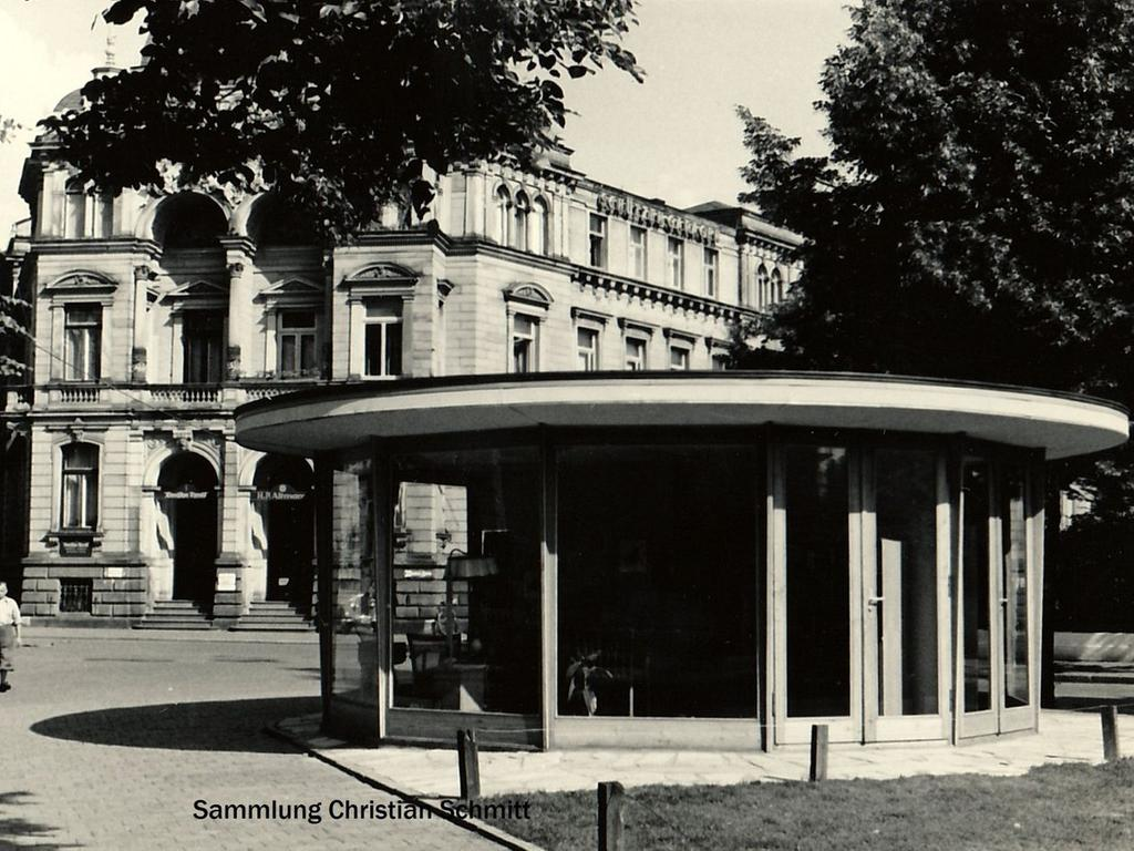Der Verkaufspavillon der Möbelwerkstätten Just Heinrich Schmidt am Schönleinsplatz im Jahre 1953.