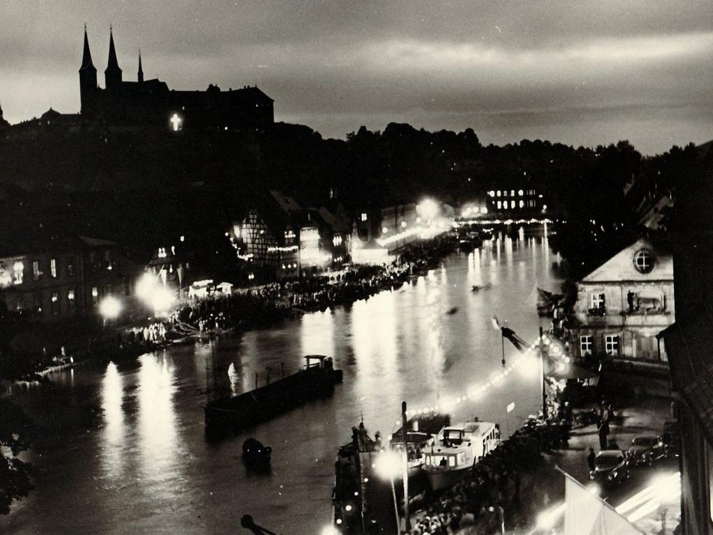 Bamberg in der Abenddämmerung: Ein Blick auf Kleinvenedig, die Regnitz und den Dom in den 1950er-Jahren.
