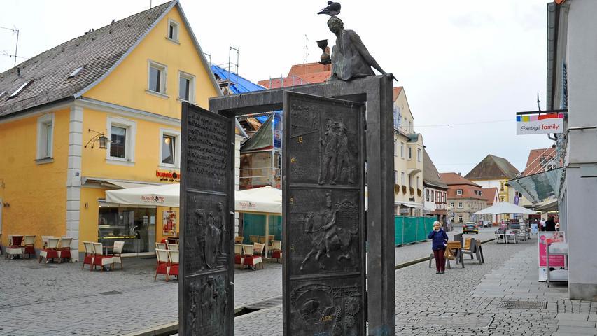Porta Vorchheimensis: Die Porta öffnet seit 2002 in der Fußgängerzone in der Hauptstraße Tür und Tor zur Vergangenheit der Stadt. Das Werk des Künstlers Harro Frey stellt die wichtigsten Stationen der Forchheimer Geschichte in zwölf Bildern dar.