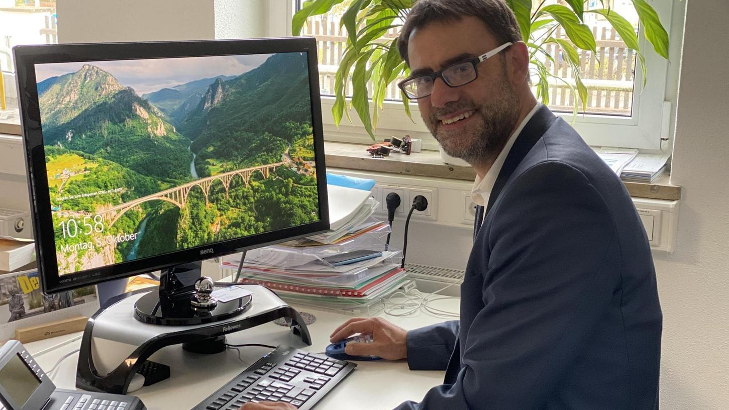 Auch wenn der Bildschirm des Computers von Ralph Edelhäußer nach Urlaub aussieht, ist der Bürgermeister ganz bei den Anliegen der Bürgerinnen und Bürger, wenn er ihnen seine digitale Sprechstunde anbietet.