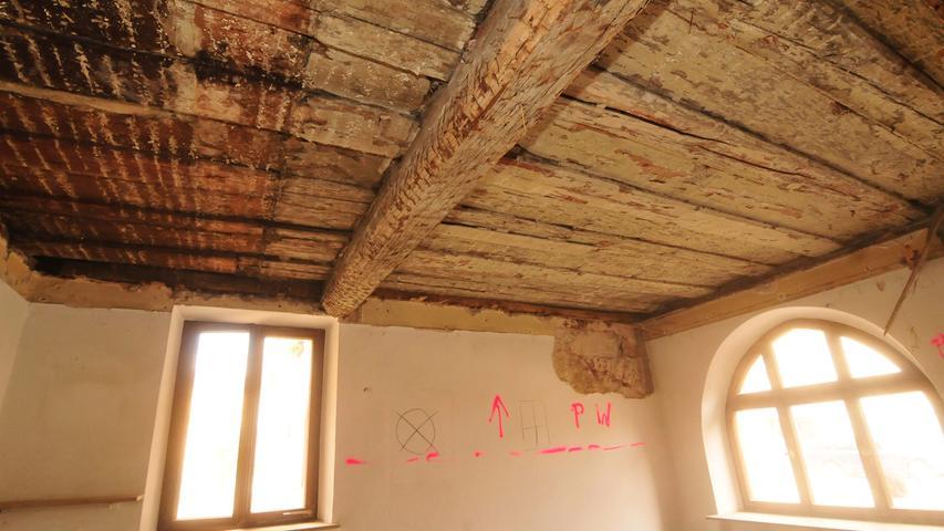 Die historische Bohlenbalkendecke (Holzbretter liegen quer zu Balken) ist aufbereitet und sichtbar.