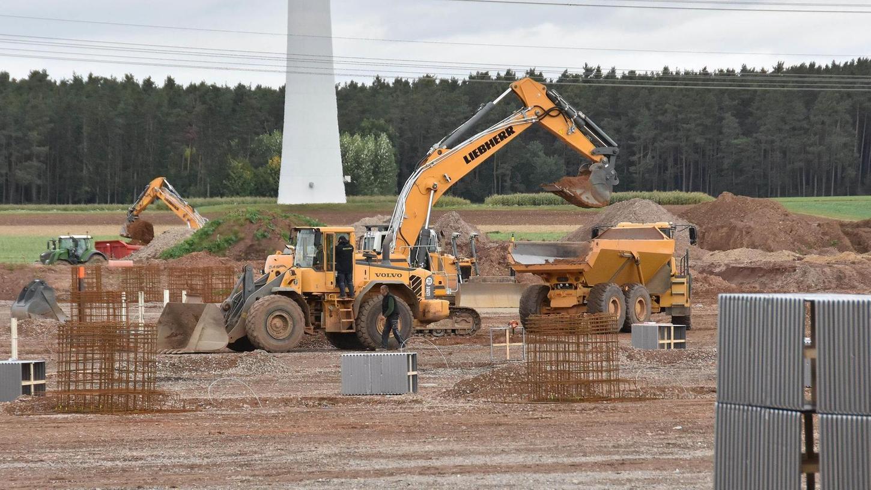 Auf der Großbaustelle im Gewerbegebiet Buchschwabach wird noch immer viel Erde bewegt. Dieser Tage werden die Betonfundamente für die Stützen der Hallen des Logistik-Komplexes gegossen.