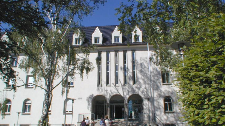 Es ist außerdem ein Lehrkrankenhaus für Studierende der Friedrich-Alexander-Universität Erlangen-Nürnberg. Gleichzeitig ist das Krankenhaus Ausbildungsstätte mit einer angegliederten Berufsschule.