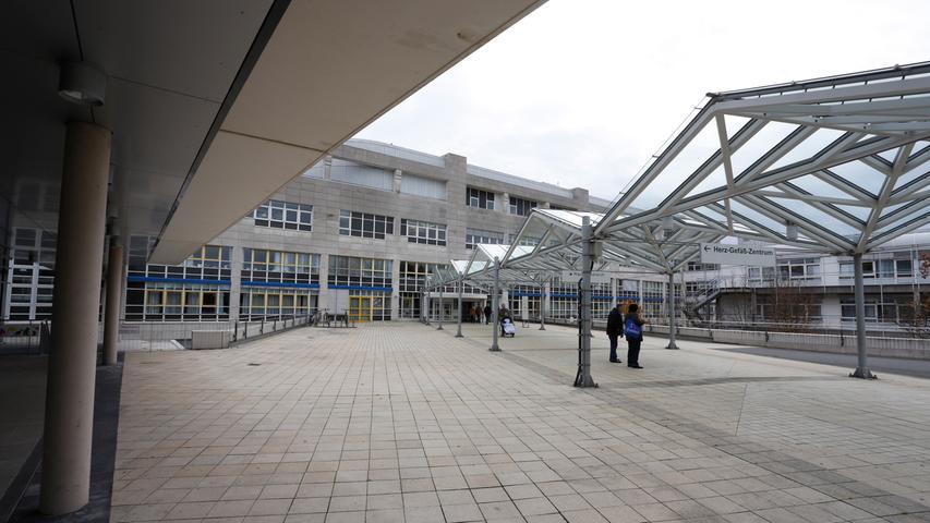 Das Nürnberger Südklinikum ist seit 1994 im Stadtteil Langwasser zu finden. Zu den Fachrichtungen des Klinikums zählen unter anderem die interdisziplinäre Notaufnahme, Anästhesiologie,Geburtshilfe, Kinderklinik, Zentrum für Schwerbrandverletzte,Innere Medizin.Zudem betreut die Klinik für Unfall- und Orthopädische Chirurgie den 1. FC Nürnberg medizinisch. Die Bypass-OP ist die häufigste Herz-Operation am Nürnberger Klinikum Süd. Im großen NZ-Klinikcheck belegen die Chirurgen dort den ersten Platz.