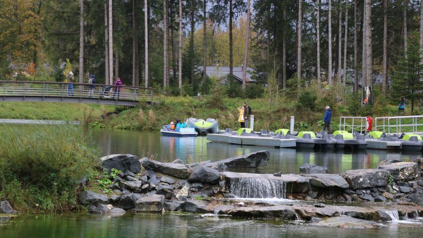 Ein See, auf dem man Tretboot fahren kann, gehört auch zu dem Park bei Leutkirch.