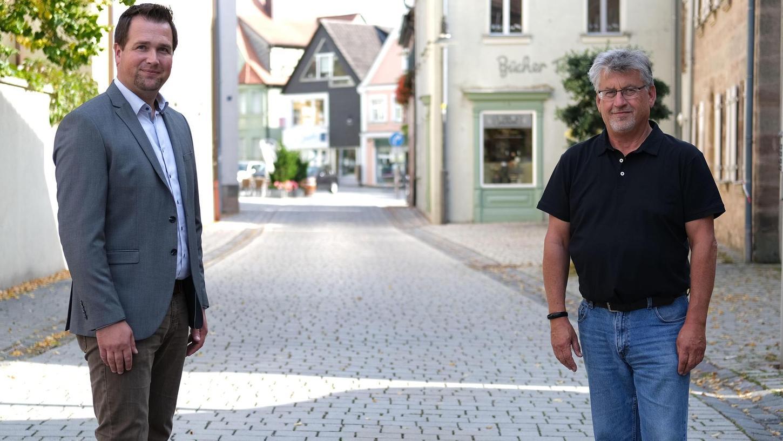 Der langjährige Leiter des Rother Ordnungsamtes, Roland Hitschfel (re.), verabschiedet sich demnächst in den Ruhestand. Davor führt er noch seinen Nachfolger Rainer Hofer (li.) in das breite Aufgabenfeld ein.