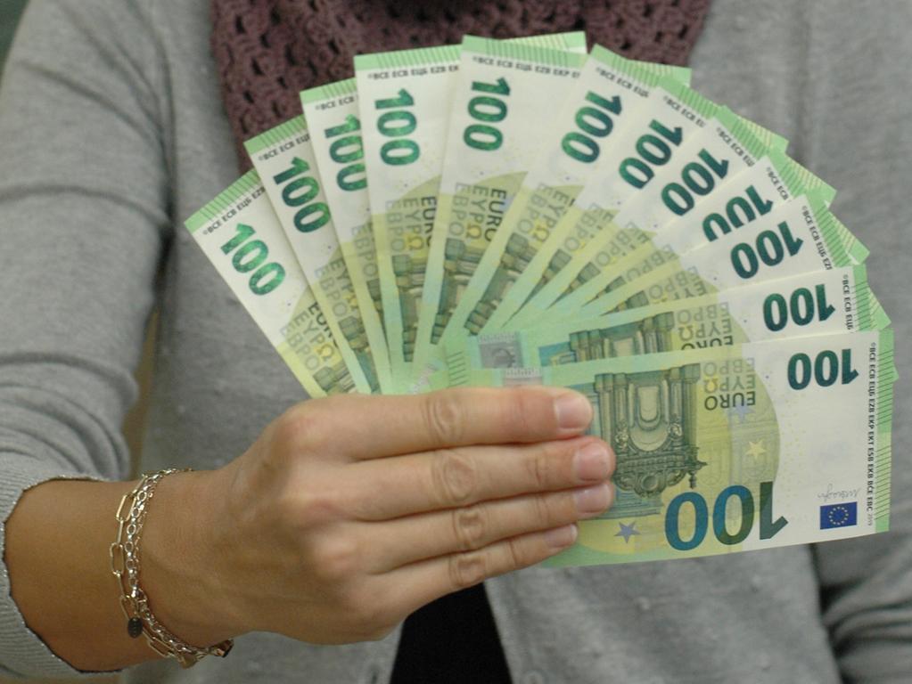 Zwölf Mal 100 Euro: Das ist die Summe, die einige als Bedingungsloses Grundeinkommen, fordern. Sparkassen-Mitarbeiterin Nicole Bengel verwaltet als Kassiererin in der Weißenburger Hauptgeschäftsstelle noch viel mehr Geld und hat sich für unser Symbolfoto freudlicherweise als Model zur Verfügung gestellt.