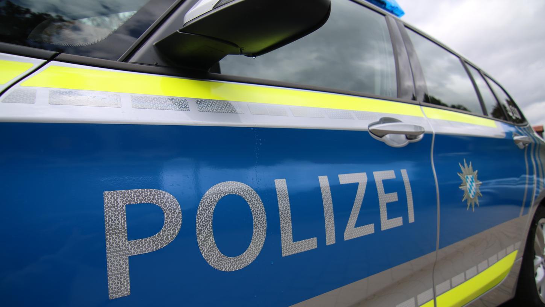 Die Polizei sucht Zeugen, die Hinweise auf den spuckenden Täter geben können.