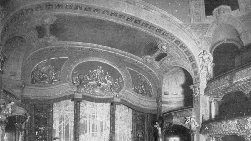 Im Inneren war das Opernhaus nach seiner Eröffnung eine Perle des Jugendstils. All die Verzierungen hatten dabei nicht nur eine dekorative Funktion, sondern verbesserten entscheidend die Akustik.