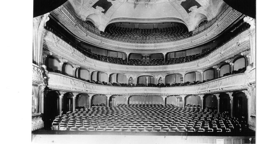 Perfekte Proportionen, hervorragende Akustik: Der ursprüngliche Zuschauerraum des Opernhauses sah nicht nur gut aus, er klang auch sehr gut. Und er bot 1421 Gästen Platz. Heute sind es gut 400 weniger.