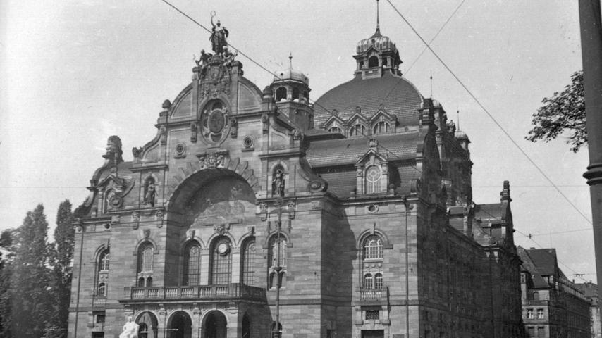 Anfang der 1930er Jahre sieht man deutlich mehr motorisierte Fahrzeuge vor dem Opernhaus. Und das sich vom dunklen Sandstein abhebende, 1927 errichtete Beethovendenkmal. Es sollte nach der Machtergreifung der Nationalsozialisten 1933 nicht mehr lange an diesem Ort bleiben.