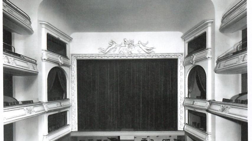 Hitler beauftragte den Architekten Paul Schultze-Naumburg mit einem grundlegenden Umbau. Im Innenraum wie in den Foyers wurden sämtliche als